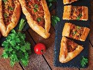 Домашна турска пица с готово тесто, кайма, лук и магданоз
